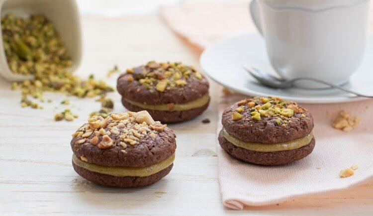 Galletas de cacao con crema de pistachos
