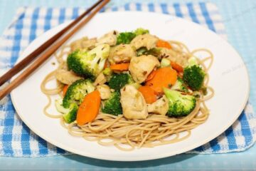 Pollo oriental y verduras salteadas