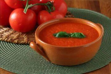 Salsa de tomate fresco con albahaca