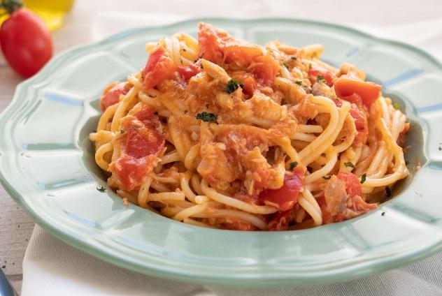 Espaguetis con salsa de caballa y tomates cherry