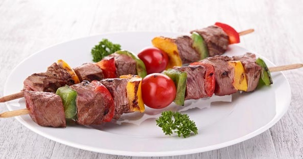 Brochetas de carne al horno
