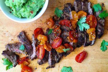 Bistec de falda a la parrilla con tomates asados y guacamole