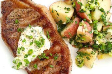 Filetes a la parrilla con mantequilla de ajo y cebollino y ensalada de patatas a la francesa