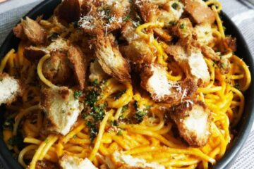 Espaguetis al chipotle con crotones de parmesano y cilantro