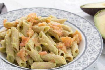 Pasta fría con aguacate y salmón