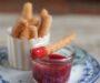 Churros con salsa de fresa